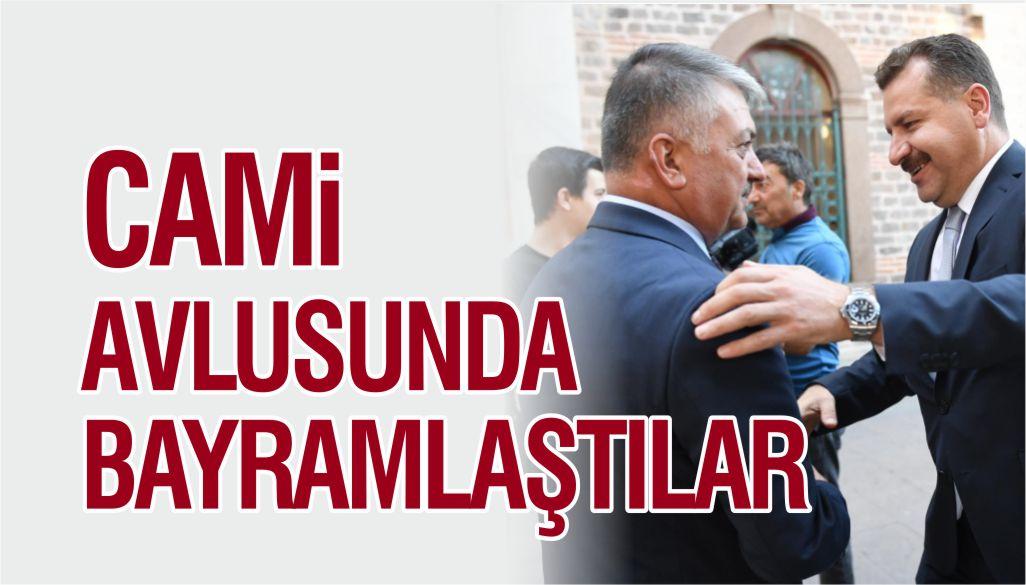 CAMİ AVLUSUNDA BAYRAMLAŞTILAR