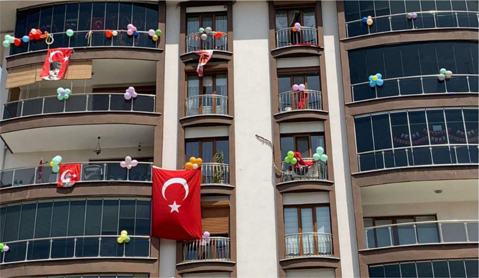 EDREMİT'TE BALKONLARDA BAYRAM COŞKUSU