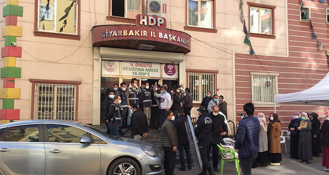 Evlat nöbetindeki aileler ile HDP'liler arasında gerginlik