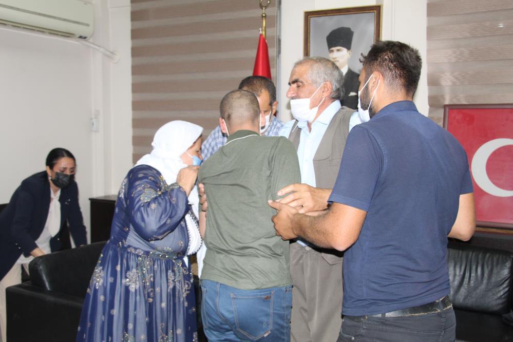 İKNA EDİLEN PKK'LI TESLİM OLDU, AİLESİYLE BİR ARAYA GELDİ